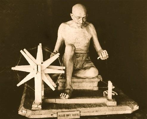 clara_quien_mahatma Gandhi Front View